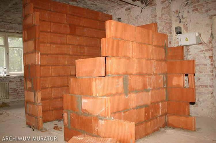 Działowe ściany z pustaków muruje się na pełną lub cienką spoinę. Te, które mają boki wyprofilowania na pióro i wpust, nie muszą mieć spoiny pionowej