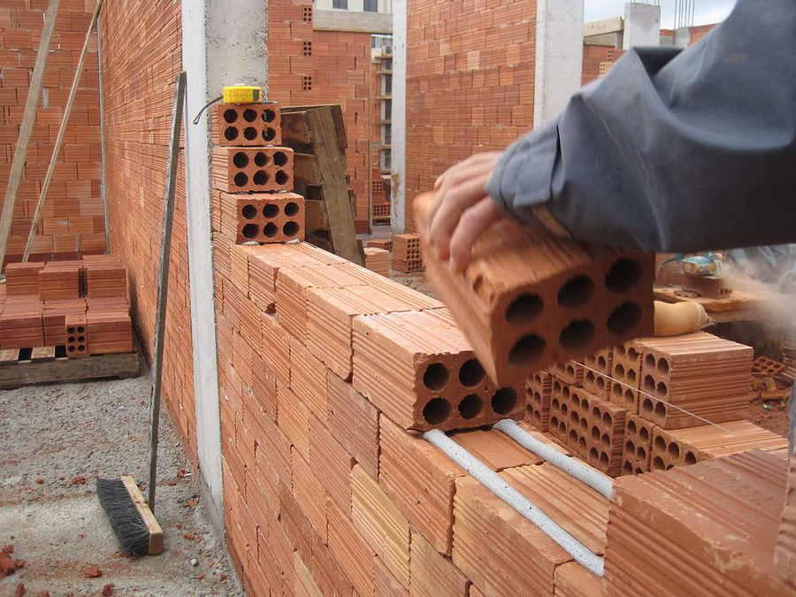 Cegła dziurawka to popularny materiał budowlany / Ścianki działowe