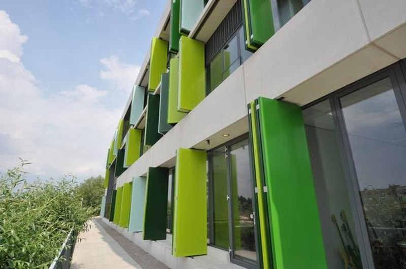 Żaluzje fasadowe w budynku holenderskiej szkoły. Budynek uzyskał Certyfikat Wydajności Energetycznej