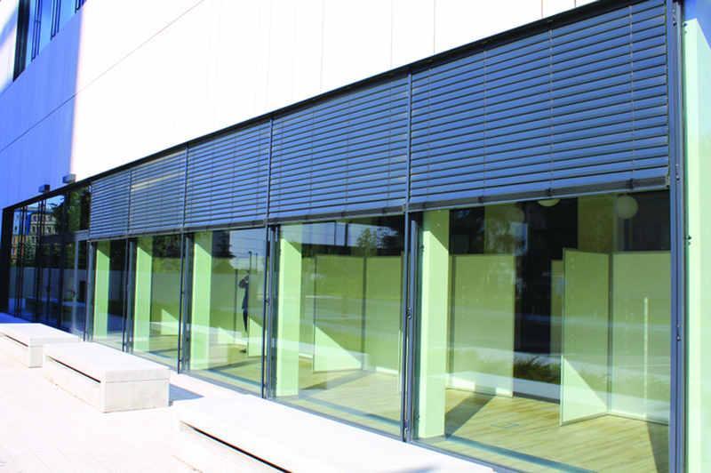 Żaluzje fasadowe zwijane, montowane na dużych, przeszklonych elewacjach działają jak izolator, wpływając na rozkład temperatury w pomieszczeniach